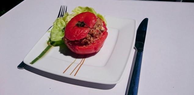 Pomidory nadziewane warzywami, kaszą gryczaną i fetą