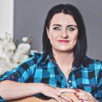 """""""Cudownie jest ujrzeć własną książkę na półce w księgarni, na której pisze """"Anna Dąbrowska"""""""" – 15 pytań do Anny Dąbrowskiej, autorki """"Nakarmię cię miłością"""""""