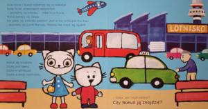 Kicia Kocia i Nunuś stoją przed budynkiem lotniska i szukają walizki