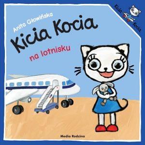 Kicia Kocia przytula pluszowego królika, a za nią stoi samolot