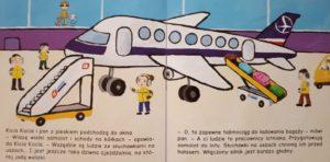 Kicia Kocia przez okno hali odlotów obserwuje samolot