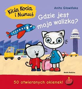 Kicia Kocia i Nunuś razem z różową walizką stoją na płycie lotniska