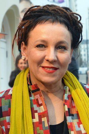 Uśmiechnięta Olga Tokarczuk w żółtym szalu