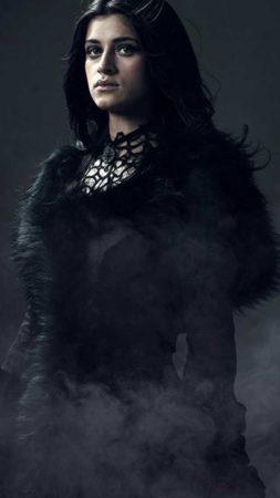 Czarodziejka Yennefer w ciemnej sukni