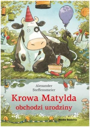 Krowa Matylda obchodzi urodziny okładka Krowa w urodzinowej czapce nad brzegiem rzeczki