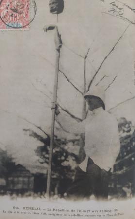 """""""Dal"""". Europejczyk trzymający pal, na który nabito głowę i ramię afrykańskiego rebelianta"""
