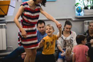 Melokoncert - Basia Habisiak tańczy z małym chłopcem podczas koncertu dla dzieci