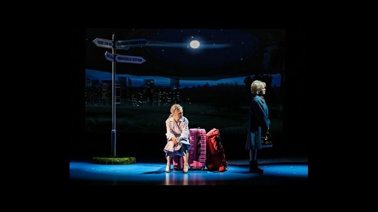 Spektakl Uciekinierki - pierwsza scena - bohaterki planują ucieczkę autostopem i czekają na samochód, zaciekle się kłócąc